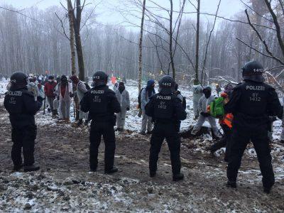Polizei und Klimaschützer:innen im Danni